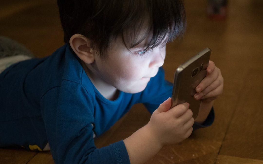 Cały dzień przed telefonem? Jak zachęcić dziecko do aktywności fizycznej
